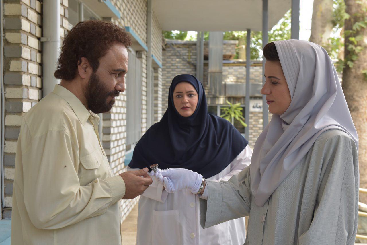 نعیمه نظامدوست در صحنه فیلم سینمایی هزارپا به همراه سارا بهرامی و رضا عطاران