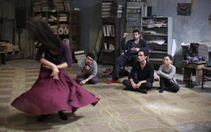 Marama Corlett در صحنه فیلم سینمایی Desert Dancer به همراه Tom Cullen و Bamshad Abedi-Amin