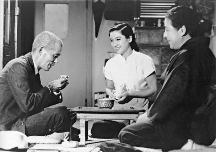 Chieko Higashiyama در صحنه فیلم سینمایی داستان توکیو به همراه Setsuko Hara و Chishû Ryû