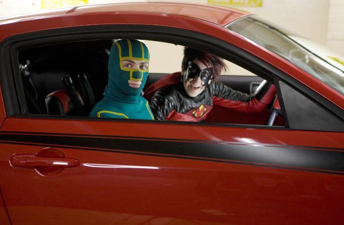 آرون تیلور جانسون در صحنه فیلم سینمایی کیک-اس به همراه Christopher Mintz-Plasse