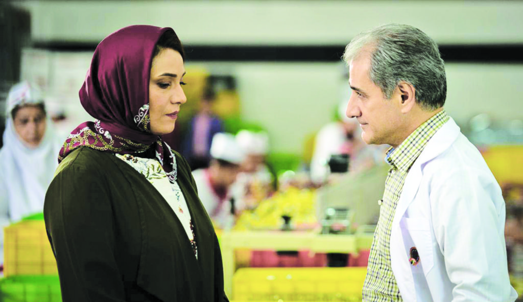ناصر هاشمی در صحنه فیلم سینمایی شکلاتی به همراه شبنم مقدمی