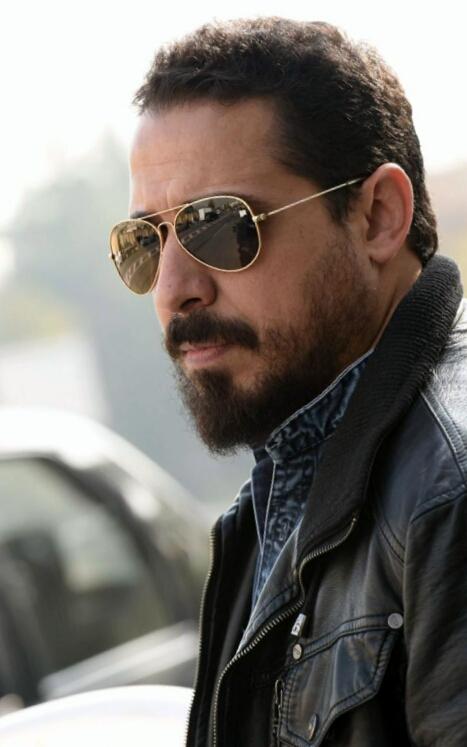 تصویری از سید جلال موسوی، طراح گریم و چهرهپرداز سینما و تلویزیون در حال بازیگری سر صحنه یکی از آثارش