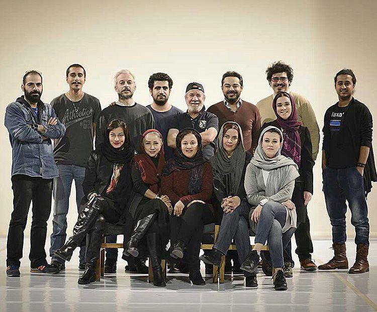 تصویری از کاظم سیاحی، بازیگر و گوینده سینما و تلویزیون در پشت صحنه یکی از آثارش به همراه شیدا خلیق، فرشته صدرعرفایی، مسعود کرامتی و نازنین فراهانی