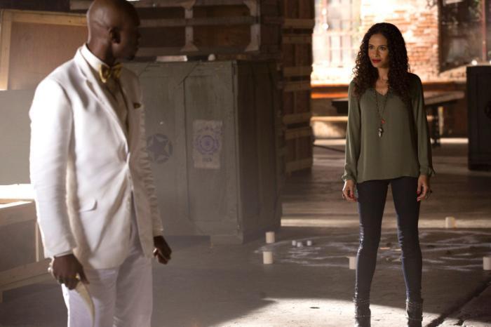 Shannon Kane در صحنه سریال تلویزیونی اصیل ها به همراه Owiso Odera