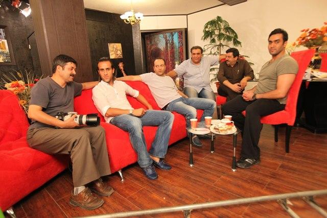 سعید شرفیکیا در پشت صحنه فیلم سینمایی آقای الف به همراه پوریا پورسرخ