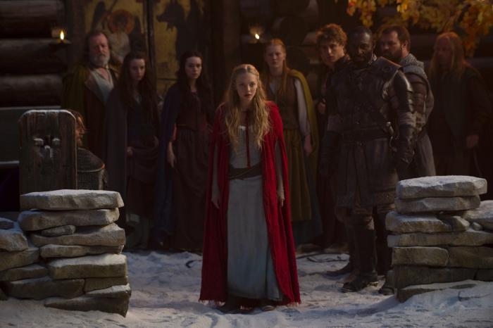 Kacey Rohl در صحنه فیلم سینمایی گردش شنل قرمزی به همراه Shauna Kain، Amanda Seyfried و Max Irons