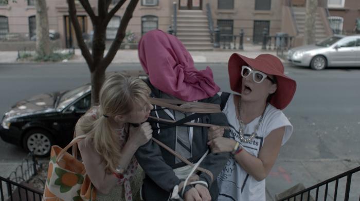 اَشلی اَتکینسُن در صحنه فیلم سینمایی He's Way More Famous Than You به همراه Halley Feiffer