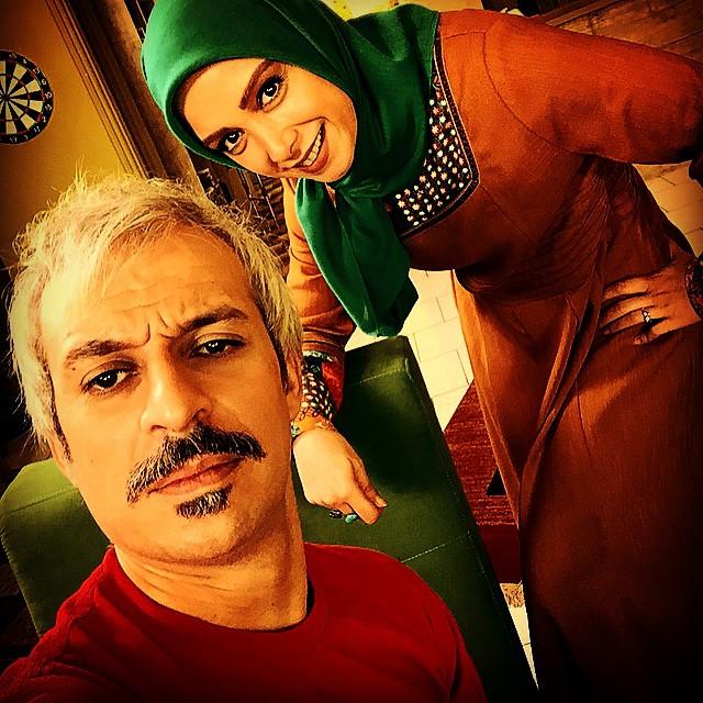 کاظم سیاحی در پشت صحنه سریال تلویزیونی یادداشتهای یک زن خانهدار به همراه فرناز رهنما