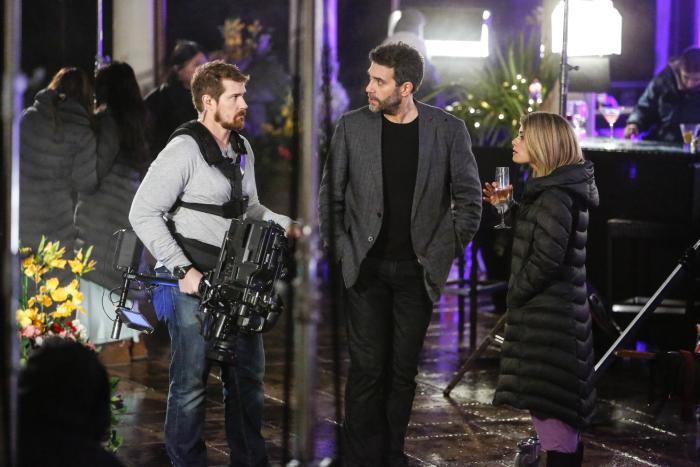 Josh Kelly در صحنه سریال تلویزیونی UnREAL به همراه Kim Matula و Craig Bierko