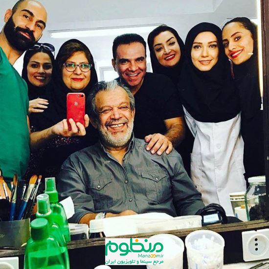 حسن پورشیرازی در پشت صحنه سریال تلویزیونی سفر در خانه به همراه شهرزاد کمالزاده و بهمن گودرزی