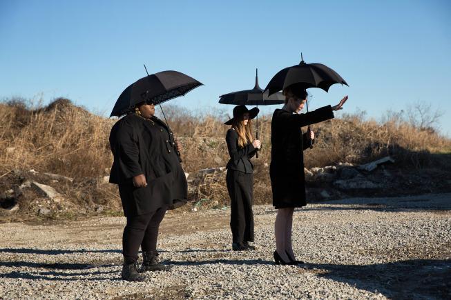 سارا پاولسون در صحنه سریال تلویزیونی داستان ترسناک آمریکایی به همراه Taissa Farmiga و Gabourey Sidibe
