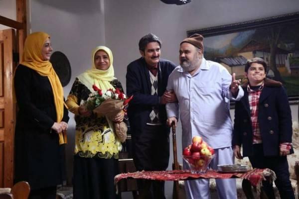 ساناز سماواتی در صحنه سریال تلویزیونی شش قهرمان و نصفی به همراه اکبر عبدی و بیژن بنفشهخواه