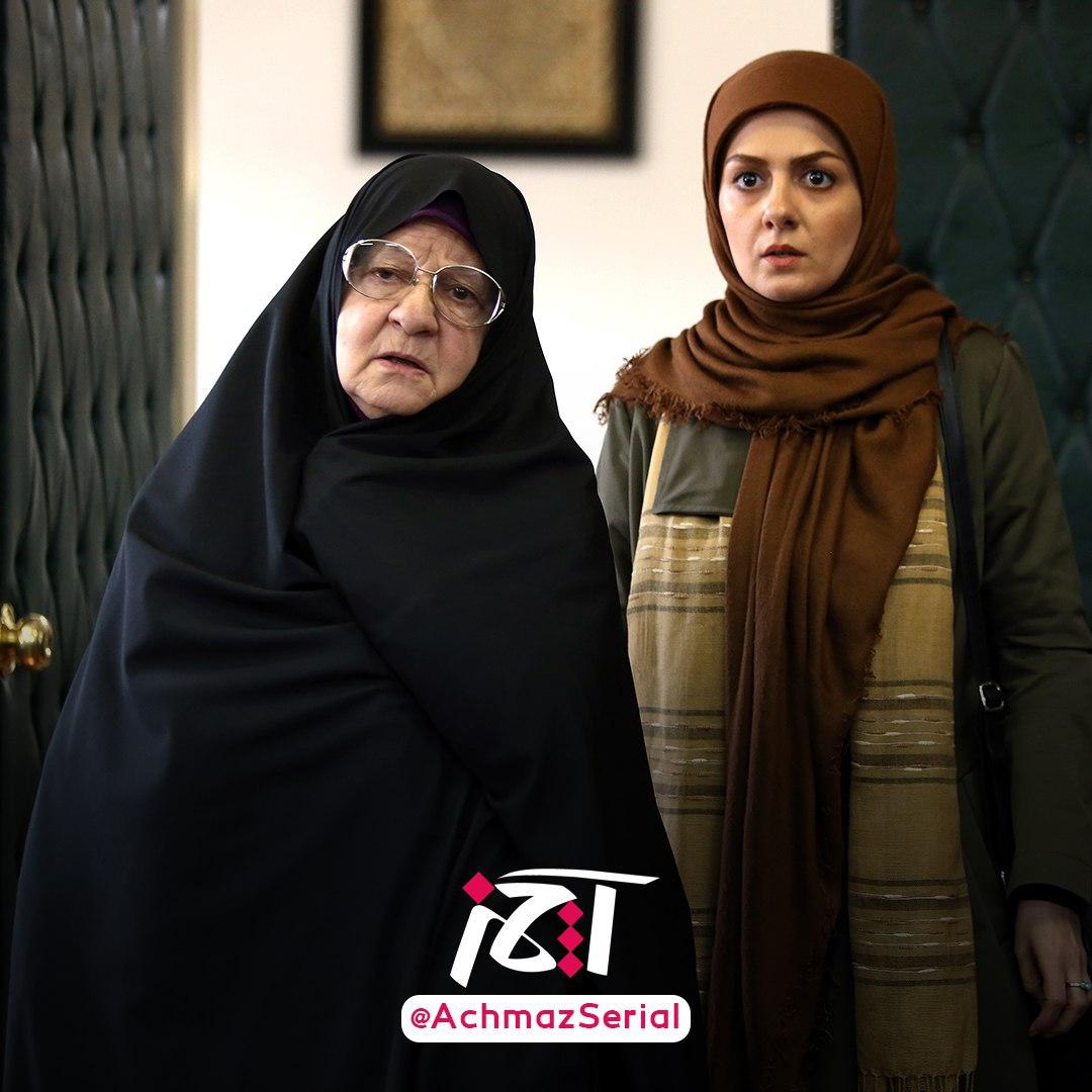 رابعه مدنی در صحنه سریال تلویزیونی آچمز به همراه بیتا سحرخیز