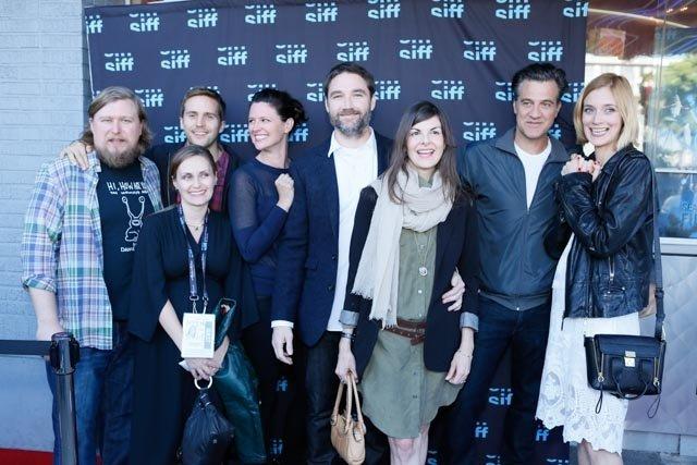 Matthew Watts در صحنه فیلم سینمایی Mutual Friends به همراه Michael Stahl-David، راس پارتریدج، Jennifer Lafleur، مایکل چرنوس و Caitlin FitzGerald