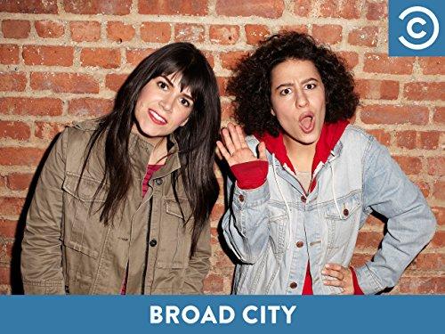 Abbi Jacobson در صحنه سریال تلویزیونی Broad City به همراه Ilana Glazer