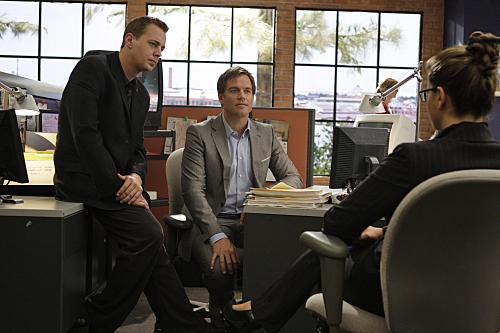 Noa Tishby در صحنه سریال تلویزیونی ان سی آی اس: سرویس تحقیقات جنایی نیروی دریایی به همراه Sean Murray و Michael Weatherly