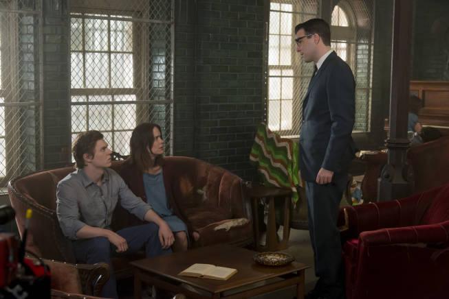 سارا پاولسون در صحنه سریال تلویزیونی داستان ترسناک آمریکایی به همراه زکری کینتو و ایوان پیترز