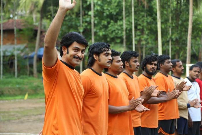 Tovino Thomas در صحنه فیلم سینمایی Ennu Ninte Moideen به همراه Prithviraj Sukumaran