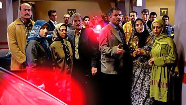 لیدا عباسی در صحنه سریال تلویزیونی ساختمان ۸۵ به همراه بهرام ابراهیمی، نفیسه روشن و مهدی میامی