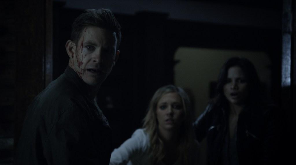 تارا هولت در صحنه فیلم سینمایی Darkness Rising به همراه Bryce Johnson و Katrina Law