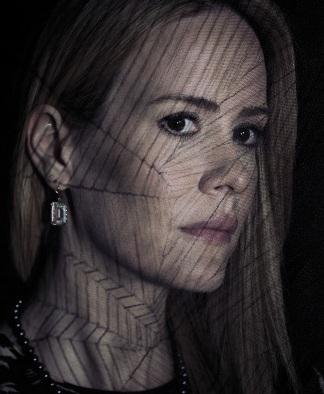 سارا پاولسون در صحنه سریال تلویزیونی داستان ترسناک آمریکایی