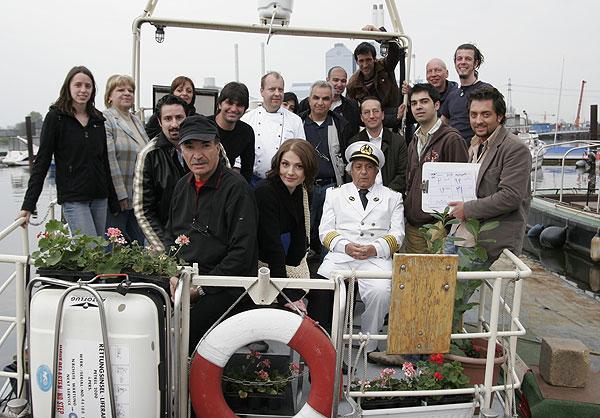 عزتالله انتظامی در پشت صحنه فیلم سینمایی زادبوم به همراه ابوالحسن داوودی، بهرام رادان و نظامالدین کیایی