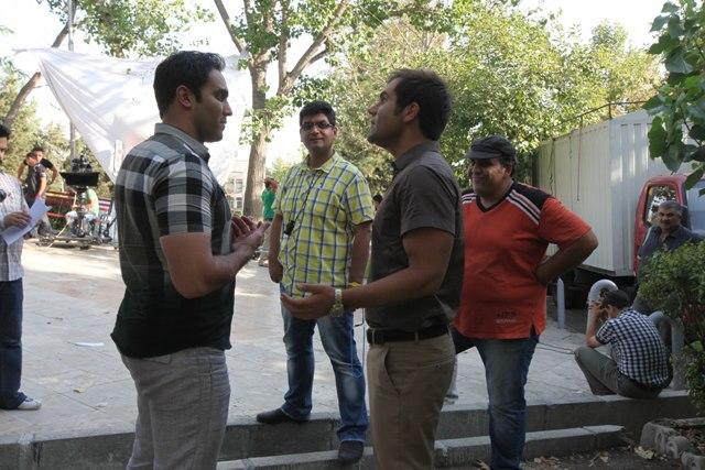 شاهین نجومی در پشت صحنه فیلم سینمایی آقای الف به همراه پوریا پورسرخ و شاهین یارمحمدی