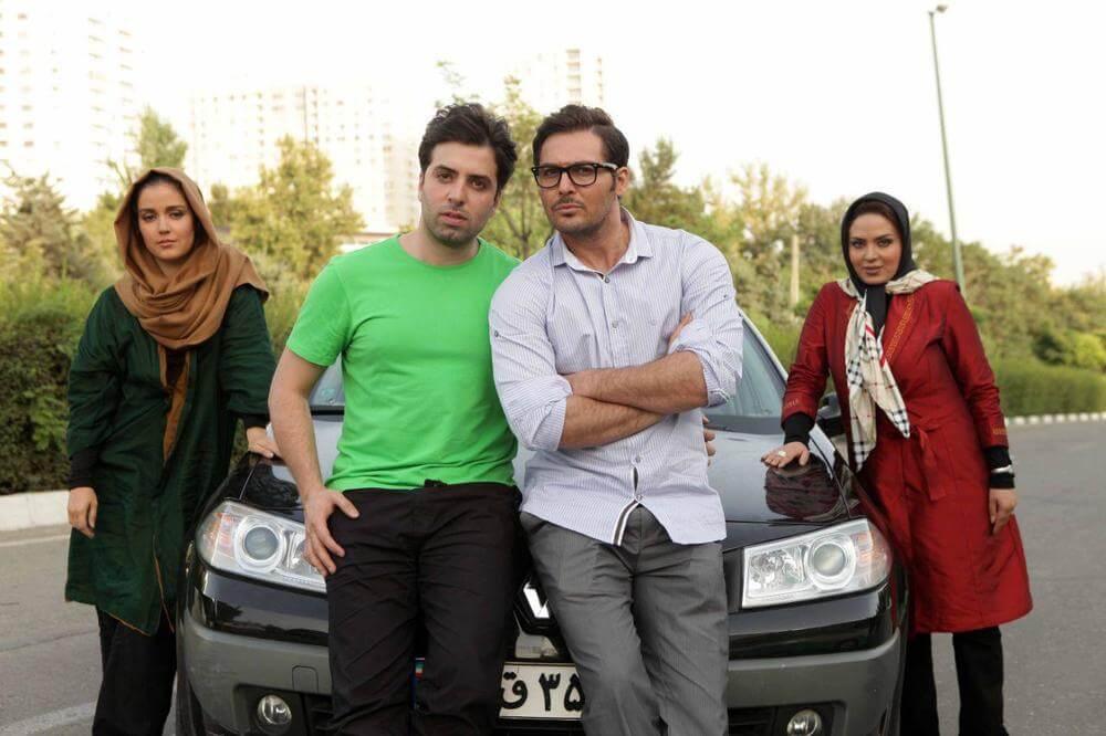 محمدعلی خیامی در پشت صحنه فیلم سینمایی دو عروس به همراه افسانه پاکرو، دانیال عبادی و سولماز آقمقانی