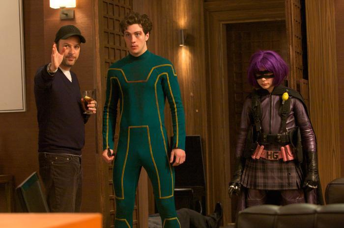 آرون تیلور جانسون در صحنه فیلم سینمایی کیک-اس به همراه کلویی گریس مورتز و متیو وان