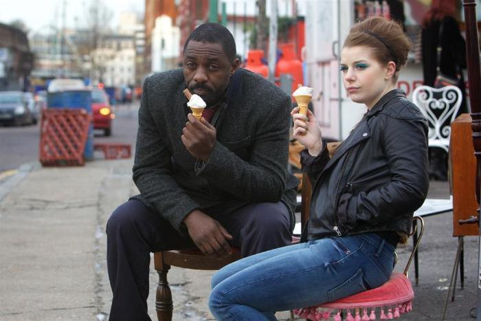 Aimee-Ffion Edwards در صحنه سریال تلویزیونی لوتر به همراه ادریس البا