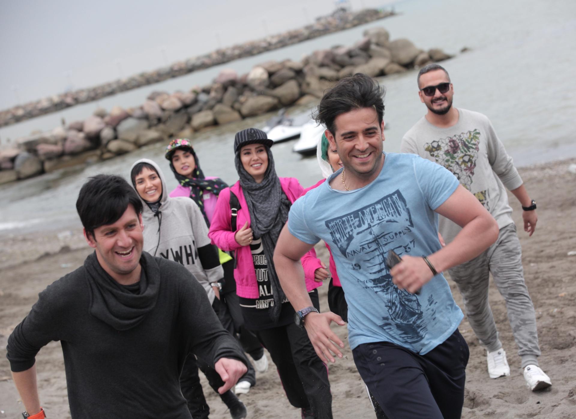 نیما شعباننژاد در صحنه سریال تلویزیونی ممنوعه به همراه میلاد کیمرام، امیرحسین آرمان و آناهیتا درگاهی