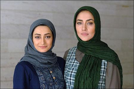 نگار حسنزاده در پشت صحنه سریال تلویزیونی گاهی به پشت سر نگاه کن به همراه بهاره کیانافشار