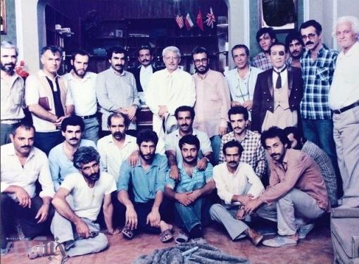 علی حاتمی در پشت صحنه سریال تلویزیونی هزار دستان به همراه عزتالله انتظامی