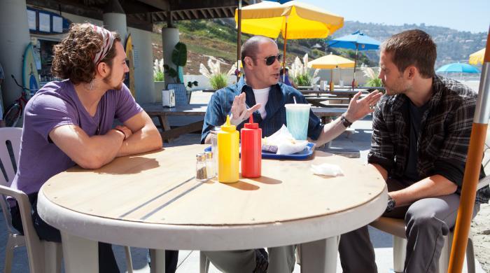 آرون تیلور جانسون در صحنه فیلم سینمایی وحشی ها به همراه جان تراولتا و Taylor Kitsch