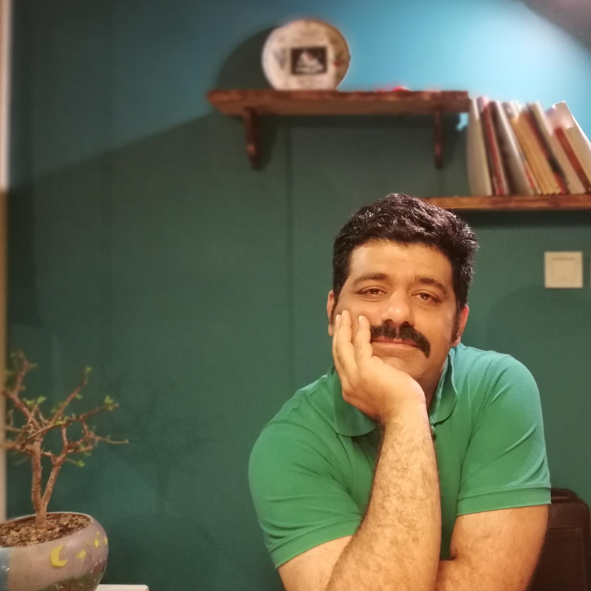 تصویری از شهاب راحله، بازیگر سینما و تلویزیون در حال بازیگری سر صحنه یکی از آثارش
