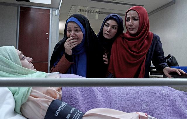سارا نازپرور صوفیانی در صحنه سریال تلویزیونی روزهای بیقراری به همراه الهام حمیدی