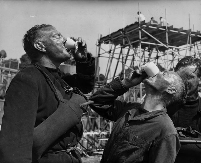Charles Frend در صحنه فیلم سینمایی پل رودخانه کوای به همراه Nicholas Monsarrat و Jack Hawkins