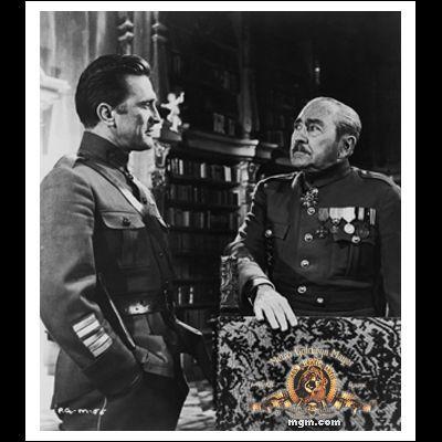 Adolphe Menjou در صحنه فیلم سینمایی راه های افتخار به همراه Kirk Douglas