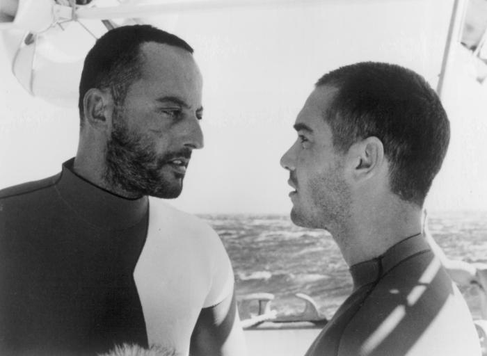 Jean-Marc Barr در صحنه فیلم سینمایی آبی بیکران به همراه ژان رنو