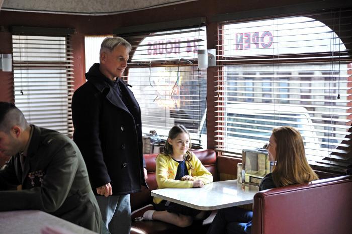 Darby Stanchfield در صحنه سریال تلویزیونی ان سی آی اس: سرویس تحقیقات جنایی نیروی دریایی به همراه مارک هارمون