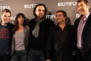 Eduard Fernández در صحنه فیلم سینمایی بیوتیفول به همراه Rubén Ochandiano و Maricel Álvarez