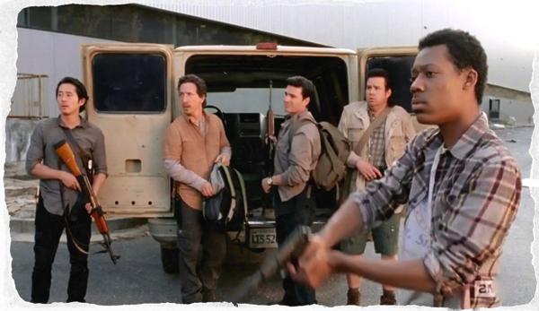 Daniel Bonjour در صحنه سریال تلویزیونی مردگان متحرک به همراه استیون ین، Josh McDermitt، Michael Traynor و Tyler James Williams
