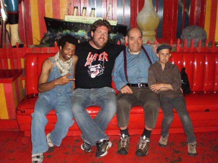 Ben Woolf در صحنه سریال تلویزیونی Dead Kansas به همراه Joe McQueen و Irwin Keyes