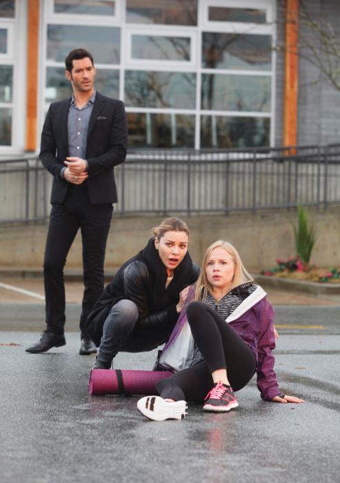 Sofia Vassilieva در صحنه سریال تلویزیونی لوسیفر به همراه تام الیس و لورن جرمن