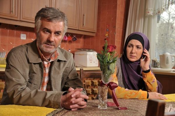 علی عمرانی در صحنه سریال تلویزیونی بالهای خیس به همراه فاطمه گودرزی
