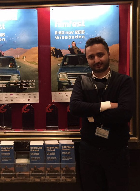 تصویری از حامد حسینی، بازیگر و تدوینگر سینما و تلویزیون در حال بازیگری سر صحنه یکی از آثارش