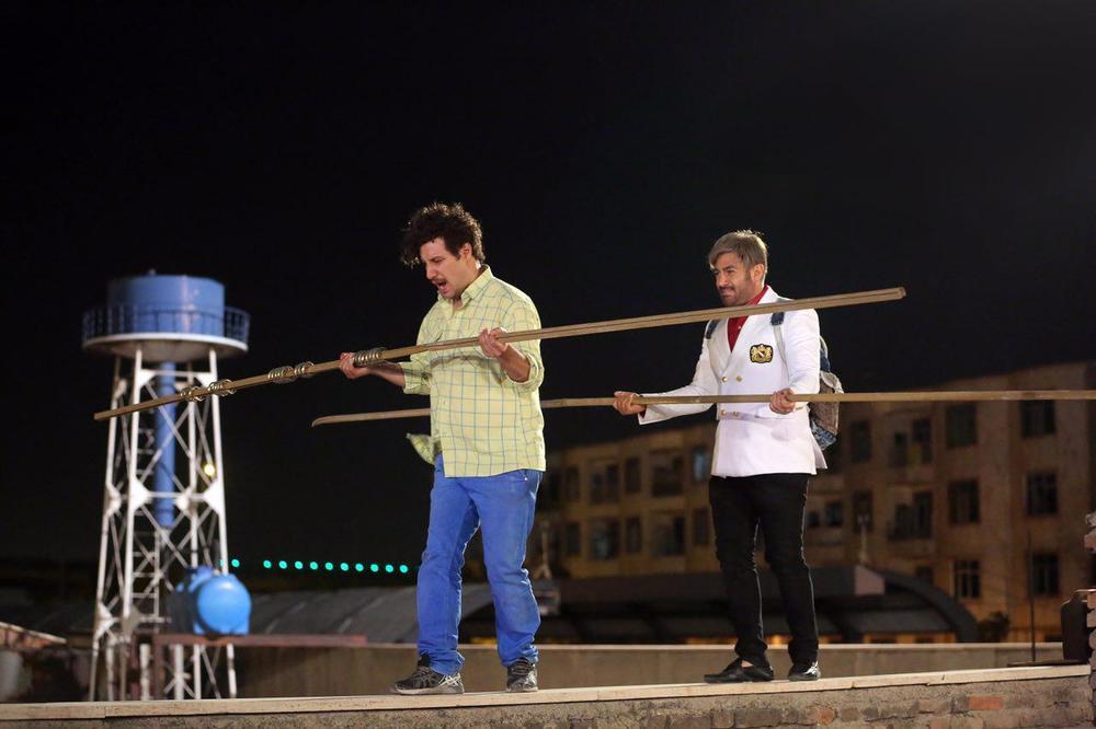 محمدرضا گلزار و جواد عزتی در فیلم سینمایی آینه بغل