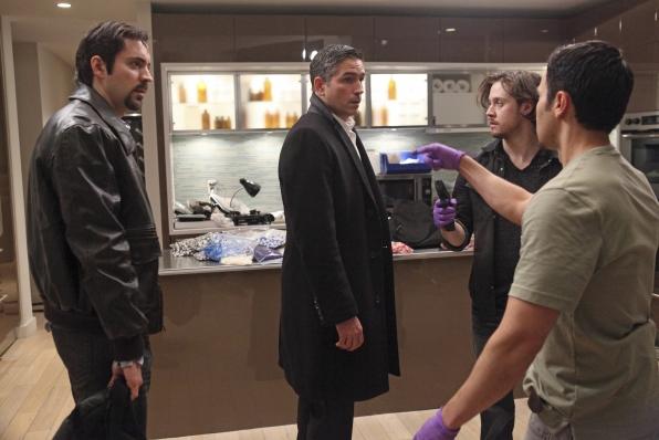 Johnny Hopkins در صحنه سریال تلویزیونی مظنون به همراه Rhys Coiro، Rafael Sardina و Jim Caviezel