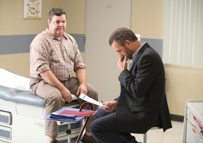 John Scurti در صحنه سریال تلویزیونی دکتر هاوس به همراه Hugh Laurie