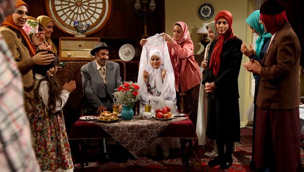 سیامک صفری در صحنه سریال تلویزیونی خاطرات مرد ناتمام به همراه سارا خوئینیها